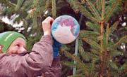 Zum 20. Mal hat Gross und Klein in Schoried den Christbaum vor der Kapelle gemeinsam geschmückt. (Bild: Markus von Rotz (Alpnach 3. Dezember 2017))