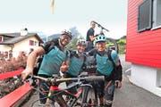 Rekordhalter: Marcel Hardegger, Erich Arnold und Christof Arnold (von links) haben 21 832 Tiefenmeter mit dem Bike zurückgelegt. Hinten: Chauffeur Mathias Arnold. (Bild: PD)