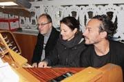 Karl Arnold und Lea Ziegler Tschalèr spielen vierhändig und vierfüssig auf der Orgel. Matteo Schenardi erzählt seine eigene Version des «Karnevals der Tiere». (Bild: Markus Zwyssig (Altdorf, 10. November 2017))