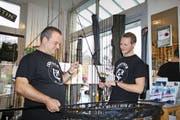 Istvan Kupi (links), Inhaber von Isufisch, und Jan Bachmann in ihrem Laden. Bild: Marion Wannemacher. (Stansstad, 11. November 2016)