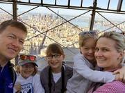 Erwin und Barbara Gasser mit ihren Kindern auf dem Empire State Building in New York. (Bilder Corinne Glanzmann/PD)