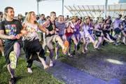 Die Besucher geniessen die sommerliche und ausgelassene Stimmung am Lakeside Festival in Hergiswil. (Bild André A. Niederberger)