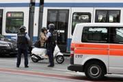 Der Täter ist auf der Flucht. Die Polizei fahndet nach ihm. (Bild: Keystone / Walter Bieri)