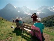 Ausländische Fachkräfte schätzen zwar die hohe Lebensqualität in der Schweiz. Aber Freunde finden sie unter den Einheimischen nur schwer. (Bild: KEYSTONE/JUERG MUELLER)