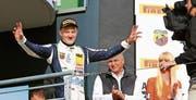 Feiert im 17. Saisonrennen seinen ersten Sieg: Der 18-jährige Formel-4-Rennfahrer Fabio Scherer jubelt auf dem Sachsenring. (Bild: adac-motorsport.de (Oberlungwitz, 17. September 2017))