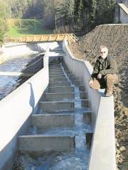 Beim Ausfluss des Wichelsees in Alpnach ist eine Fischtreppe und ein Überlauf mit Restwasser eingerichtet worden. Im Bild: Fischereiaufseher Erwin Wallimann neben der Ruhezone für die Fische nach jeder Treppenstufe. (Bild: Bea Zai (Alpnach, 30. Januar 2018))