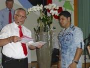 Mostafa Ghaderi (rechts) nahm letzte Woche mit bescheidenem Stolz sein Diplom entgegen. (Bild: March-Anzeiger)