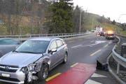 Die Autos sind nach der Kollision in Biberbrugg beschädigt. (Bild: Kantonspolizei Schwyz)