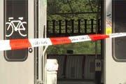 Blick in den von der Attacke beschädigten Zugswagen der Südostbahn. (Bild: Keystone)