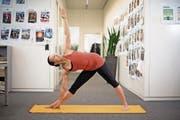 Yogalehrerin Raquel C. Sanz Fontan zeigt die gestreckte Dreieckshaltung. (Bild: Corinne Glanzmann (Luzerner Zeitung))