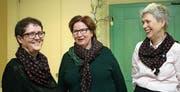 Andrea Imhof (Präsidentin, links) und Christine Stauber (rechts) mit Birgit Dressler. Als Geschenk gab es das Tuch, das alle Vorstandsfrauen tragen. (Bild: Marion Wannemacher (Kägiswil, 9. März 2018))