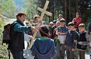Jesus trug sein Kreuz und einen Dornenkranz. Auch beim gestrigen Anlass in Lungern wurde ein grosses Holzkreuz mit den Kindern getragen.