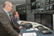 Martin Dudle, Chef des Amtes für Bevölkerungsschutz Nidwalden (links), und Stefan Stadelmann, Leiter der Einsatzleitzentrale, während des Sirenentests in Stans. (Bild: Matthias Piazza (7. Februar 2018))