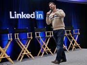 LinkedIn-Chef Jeff Weiner bei einem Auftritt im vergangenen November: Das Karriereportal ist auf Expansionskurs. (Archivbild) (Bild: KEYSTONE/AP/MARCIO JOSE SANCHEZ)