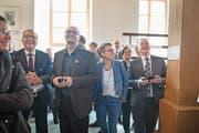 Sie haben gut lachen: Karin Kayser (vorne, Zweite von rechts) erzielte die meisten Stimmen, gefolgt von Alfred Bossard (links). Rechts der neu gewählte FDP-Regierungsrat Joe Christen. (Bild: Corinne Glanzmann (Stans, 4. März 2018))