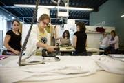 Melissa Baumgartner versucht sich als Wohntextilgestalterin. (Bild: Corinne Glanzmann / Neue NZ)