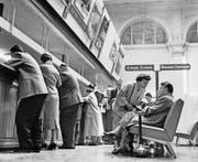 Damals gab es noch nicht die Möglichkeit, Reisen übers Internet zu buchen. Das Reisebüro der ehemaligen Swissair im Bahnhofsgebäude des Hauptbahnhofs Zürich, aufgenommen 24. Mai 1956. (Bild: Keystone)