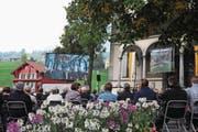 Den Gottesdienst am Sonntag verfolgten vor der vollen Pfarrkirche gegen 250 Besucher und Zaungäste auf einer Grossleinwand bei schönstem Wetter. (Bild: Markus von Rotz (Sachseln, 24. September 2017))