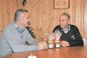 Gemeinderat Stefan von Holzen (links) besucht den 91-jährigen Ennetmooser Sepp Barmettler. (Bild: Matthias Piazza (Ennetmoos, 7. Dezember 2017))