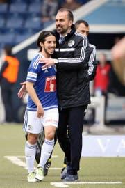 Beglückwünscht den ausgewechselten Jahmir Hyka für sein Tor zum 5:1 gegen Vaduz: FCL-Trainer Markus Babbel. (Bild Philipp Schmidli)