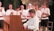 Der Jodlerklub Tälläbuebä konzertierte letztmals unter der Leitung von Dirigent und Pianist Rolf Lee, hier bei der Aufführung des «Siloballä-Blues». (Bild: Robi Kuster (Attinghausen, 24. Februar 2018))