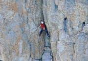 Der Extremkletterer Dani Arnold meistert auch die scheinbar unüberwindbarsten Hindernisse. Hier klettert er die Via Carlesso am Torre Trieste in den Dolomiten hoch. (Bild Mammut)