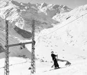 Seit 1937 konnte man sich mit dem Skilift auf den Gütsch hochziehen lassen. Die Skifahrer hatten einen Sitzgurt anzuziehen. An diesen hängte der Angestellte ein Seil und klinkte dieses am Zugseil ein. (Bild: Jean Haemisegger, Staatsarchiv Uri)