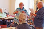 Der 95-jährige Bewohner Robert Leuenberger (links) stielt dem Verkäufer Ernst Spichiger die Show.