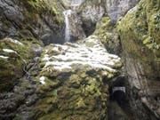 Ein Bergbach beim Eingang des Höllochs im Muotathal. Die eingeschlossene achtköpfige Gruppe muss wohl noch bis am Wochenende ausharren. (Bild: Keystone/URS FLUEELER)