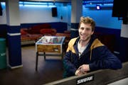 Jugendarbeiter Fabian Achermann im Jugendlokal Süesswinkel in Buochs. (Bild: Corinne Glanzmann / Neue NZ)