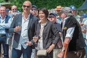 So wie auf der letzten Bundesratsreise in Saanen geniessen Bundesrat Alain Berset und Bundesrätin Doris Leuthard bald die Begegnung mit Obwaldnern auf dem Dorfplatz von Sarnen. (Bild: Lukas Lehmann/Keystone (8. Juli 2016))