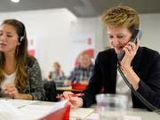 Auch Bundespräsidentin Simonetta Sommaruga hilft sammeln (Bild: KEYSTONE/WALTER BIERI)