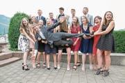 Lehrer Simon Kuster wird von den Schülern bei deren Abschied auf Händen getragen. (Bild: André A. Niederberger (Stans, 24. Juni 2017))