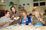 Szene aus «Fascht e Familie» im Oktober 1996 mit Martin Schenkel als Flip, Trudi Roth als Tante Martha, Hanna Scheuring als Vreni Hubacher und Walter Andreas Müller als Hans Meier (von links). (Bild: Keystone / Str)