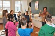 Französisch zum Anfassen: Silvia Frank mit Schülern während einer Lektion. (Bild Matthias Piazza)