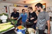 David Zihlmann, Sarah Odermatt, Isabelle Vieli und Philipp Weiersmüller (von links) zaubern in der Küche des Chäslagers Köstlichkeiten aus Lebensmitteln, die nicht mehr verkauft werden können. Bild: Romano Cuonz (Stans, 21. September 2016)
