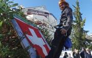 Abseilen am Fels: Sturm Burglind hat die Fahne zerrissen. (Bild: Geri Holdener, Bote der Urschweiz)