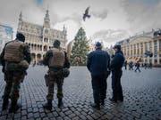 Polizei und Soldaten bewachen die Grand Place - flämisch: Grote Markt - in der Altstadt von Brüssel. (Bild: KEYSTONE/EPA/STEPHANIE LECOCQ)