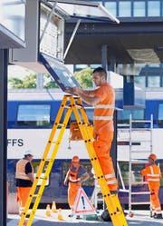 Im Bahnhof Zug gibt es künftig an 20 Orten Anzeigetafeln mit der modernen LED-Technik. (Bild Werner Schelbert)