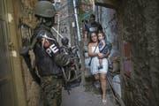 Ende September machten 950 Soldaten in der Favela Rocinha Jagd nach Drogenbanden und Verbrechern. (Bild: Mauro Pimentel/AFP (Rio de Janeiro, 25. September 2017))