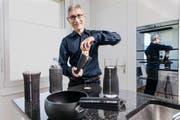Armin Furrer mit seiner Erfindung, die man unter anderem als Verschlussöffner, Hitzehandschuh, Untersetzer oder Behälterisolation nutzen kann. (Bild Roger Grütter)