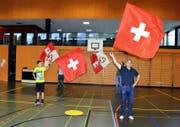 Mitglieder der Fahnenschwinger-Vereinigung Obwalden (rechts Obmann Erwin Langensand) trainieren samt Nachwuchs täglich in der Turnhalle. (Bild Romano Cuonz)