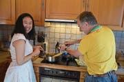 Paan und Gastvater Joe Kretz kochen jedes Wochenende zusammen. (Bild: Franziska Herger (Engelberg, 18. November 2017))