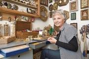 Die Flüeler Künstlerin Trudi Ziegler-Baumann in ihrem Arbeitsreich. (Bild: Christof Hirtler)