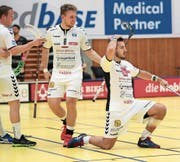 Die Zuger Thomas Grüter, Manuel Staub und Billy Nilsson (von links) freuen sich über den Erfolg gegen Uster. (Bild: Roger Zbinden (Zug, 23. September 2017))