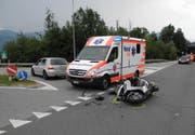 Der Rettungsdienst am Unfallort. (Bild: Kapo Schwyz)