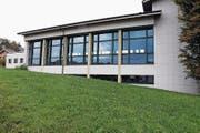 Das Schulgebäude in Oberrüti soll durch einen Anbau ergänzt werden. (Bild: Werner Schelbert (21. Oktober 2016))