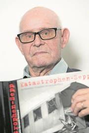 Josef Reinhard, auch «Katastrophen-Sepp» genannt, hält das Buch über sich in den Händen, das kurz vor seinem 70. Geburtstag herausgegeben worden war. (Bild: PD)
