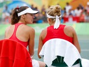 Am Mittwoch untätig: das Schweizer Doppel mit Martina Hingis (li.) und Timea Bacsinszky (Bild: KEYSTONE/PETER KLAUNZER)
