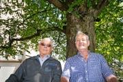 Zeitzeugen unter der Friedenslinde (von links): Werner Gabriel und Arnold Odermatt aus Ennetbürgen.